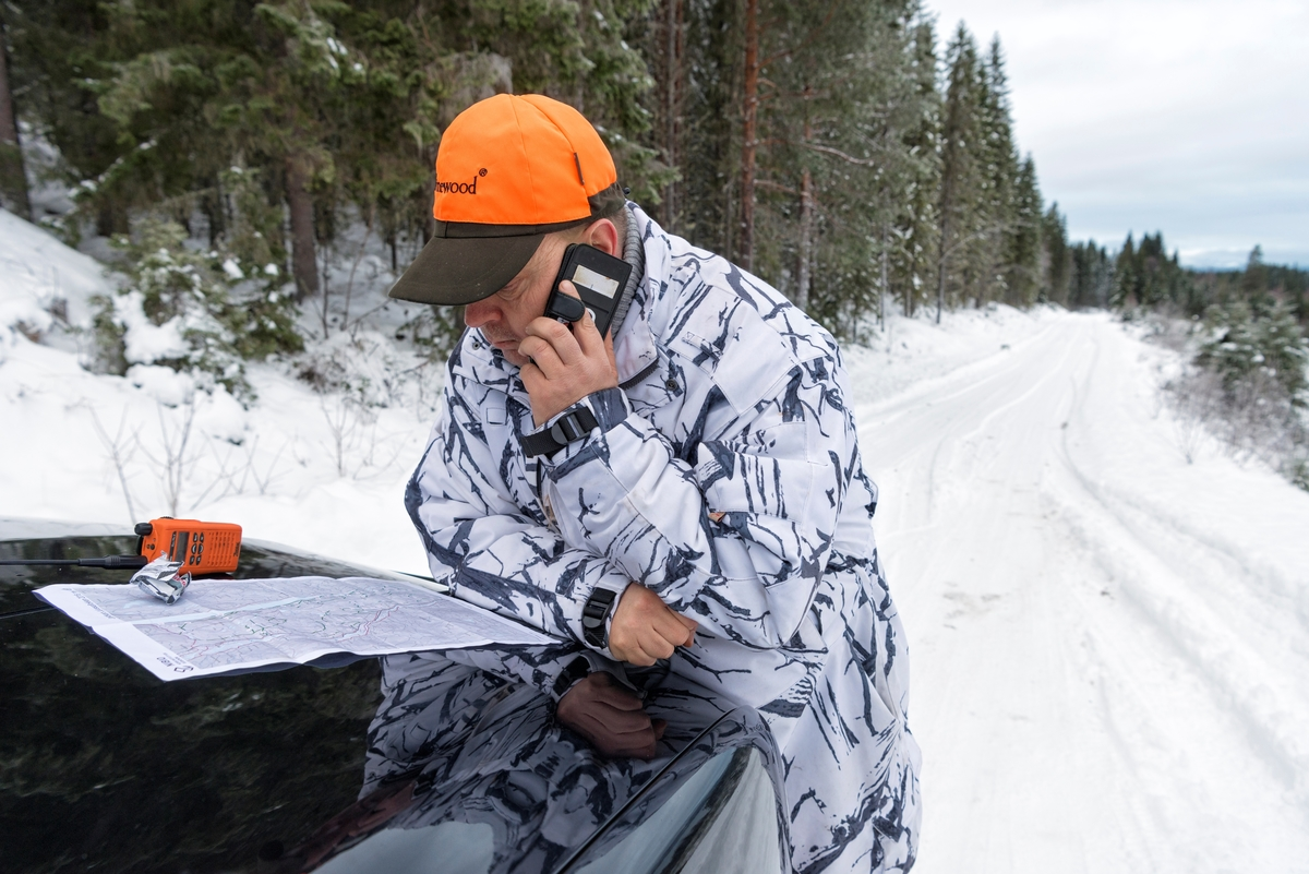 Fra ulvejakta 2018. Jakt på ulv som lever vekselsvis i og utenfor ulvesonen i Hedmark. Jaktleder Arne Sveen koordinerer jakta og jegerne som jaktet på Julussaflokken fra Brenna langs Storsjøvegen i Rendalen kommune mens det var sporing på ulv på Vestkjølen i området øst for Koppang og Evenstad. Kontakten innad i jaktlaget skjedde ved bruk av jaktradioer, en lukket gruppe på Facebook samt Messenger. Ulvejakt. Jakt på rovdyr. Rovdyrjakt.  Lisensjakt på ulv.