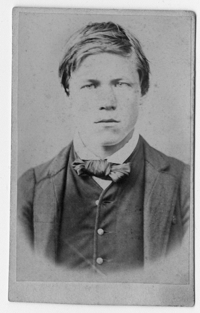 Fotosamling etter fotograf Knut Aslaksen Berdal. f. 1829 Einlaugdalen Vinje, d. 21.01.1895. Portrett av en ung mann. Halvor Knutson Bringsværd, g.m. Gjertrud Skretveit