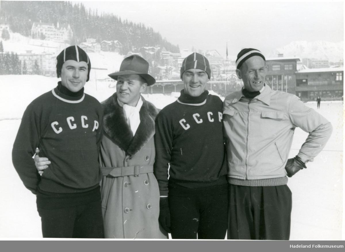 To russiske skøyteløpere sammen med Hans Engnestangen på banen i Davos.