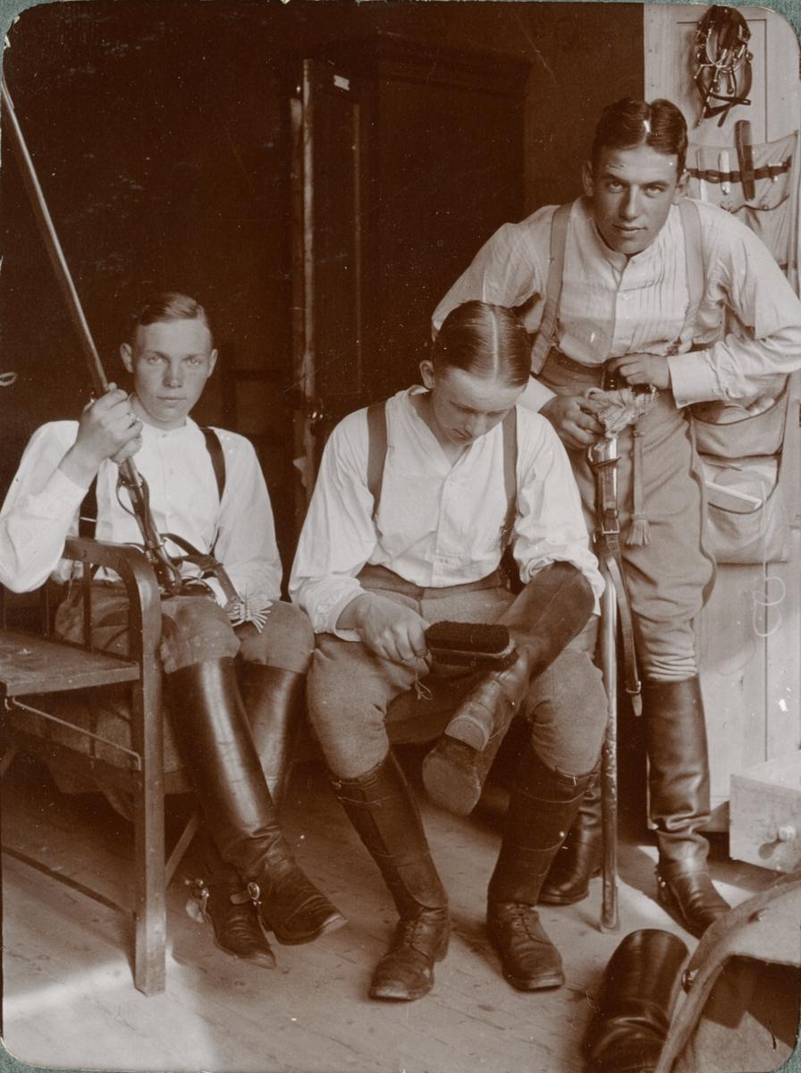 Soldater från Kronprinsens husarregemente K 7 i logementet.