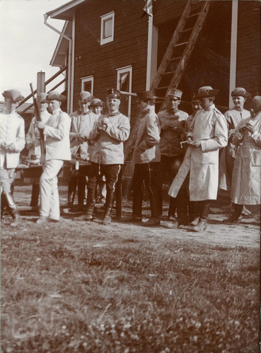 Soldater från Kronprinsens husarregemente K 7 framför en byggnad.