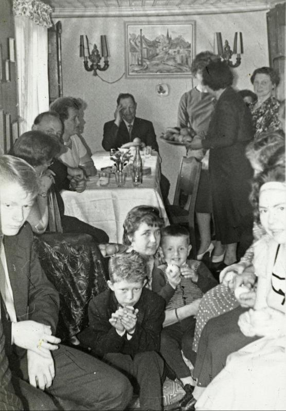 Konfirmasjonen til Kent og Roger Johansen i Langleiken 9. Alle ble servert middag og kaffe, samt flere kakeslag. Det var trangt, men hyggelig å samle familien som hadde kommet helt fra Flisa. Alle måtte tilpasse seg forholdene. (Foto/Photo)