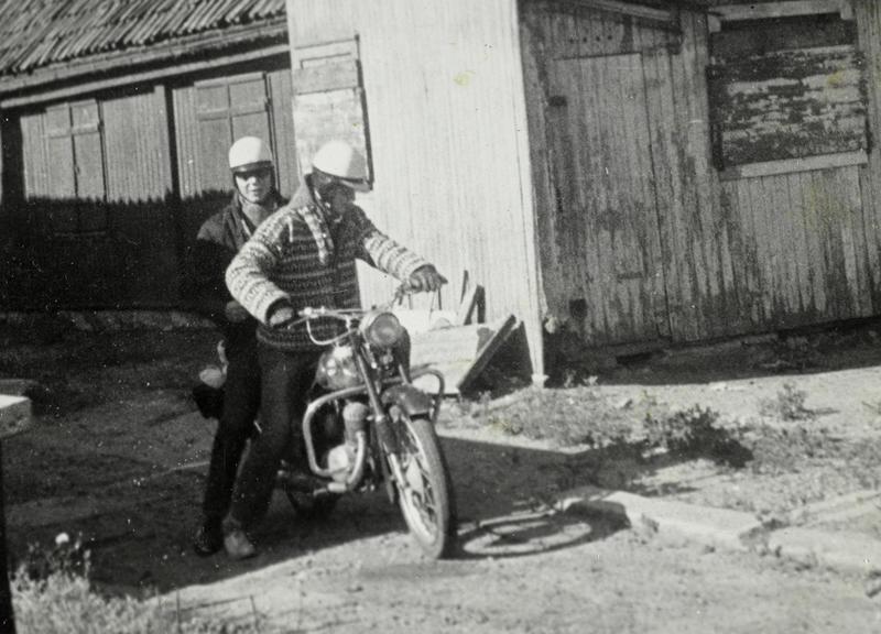 Her skal Sigurd Erik Johansen (foran) og Harald M. Karlsen (bak) på tur til Kragerø. Da Sigurd ble 16 år ville han ha motorsykkel. Takket være konfirmasjons-penger, penger han tjente på sjokoladesalg og gaven fra Steffensen, fikk han kjøpt en Tempo Swing 125 cc. Den ble utstyrt med lastebrett og veltebøyler.