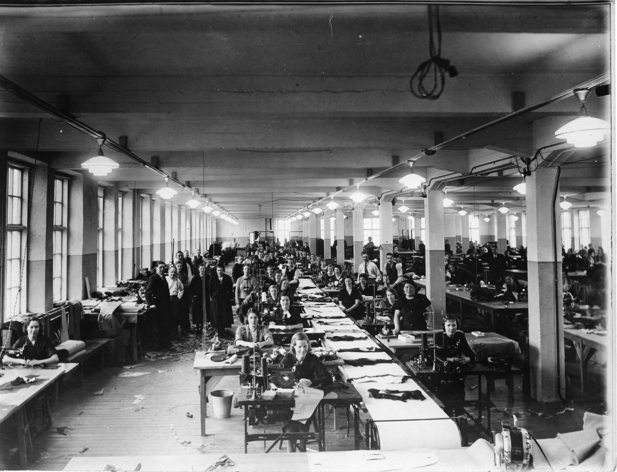 Personal vid Rapps konfektionsfabrik Sömmerskor vid symaskinerna