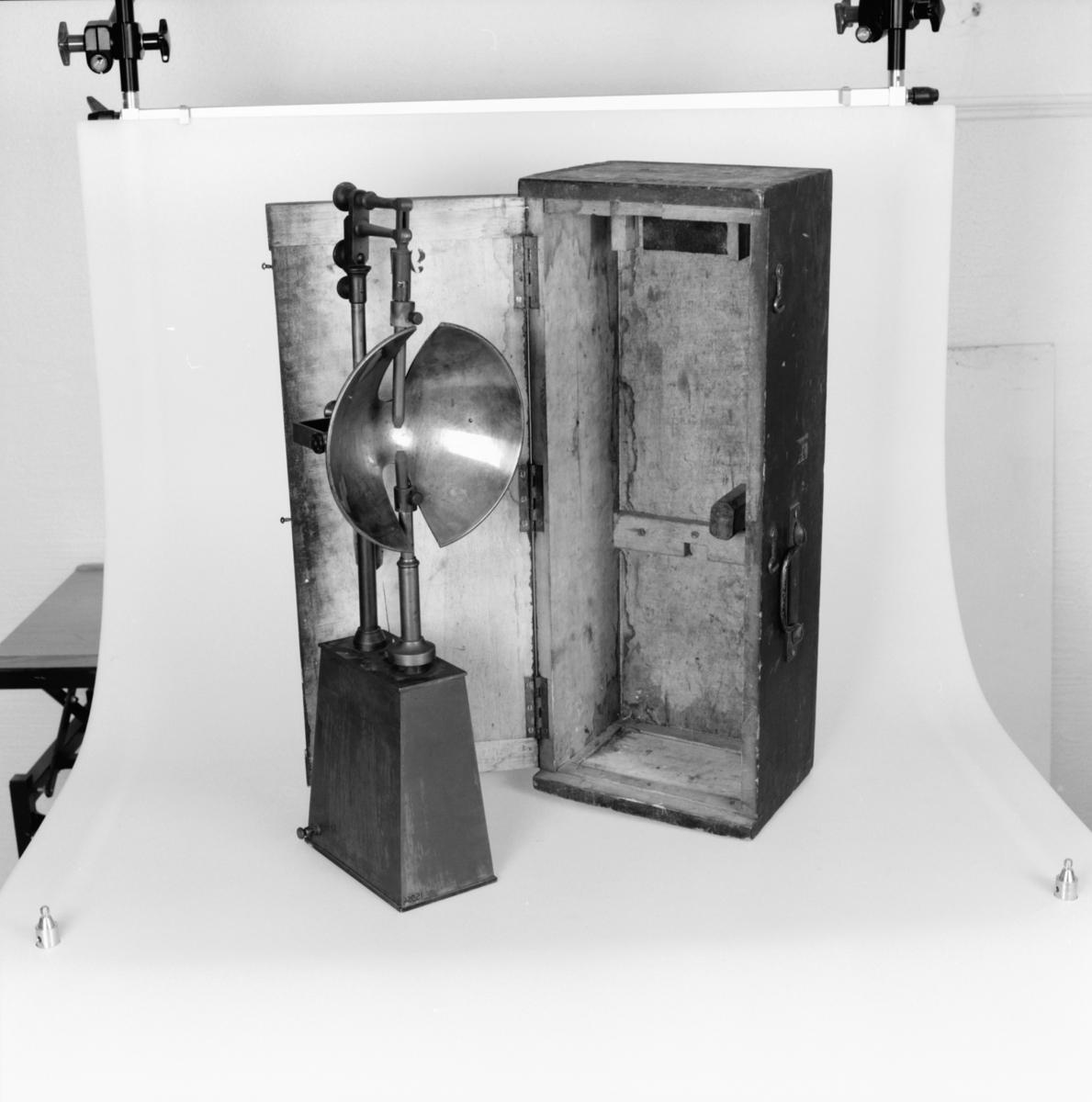 """Bågljuslampa enligt Serrin. Graverat: """"F. Suisse Constrr Paris No 91."""" I orginallåda."""
