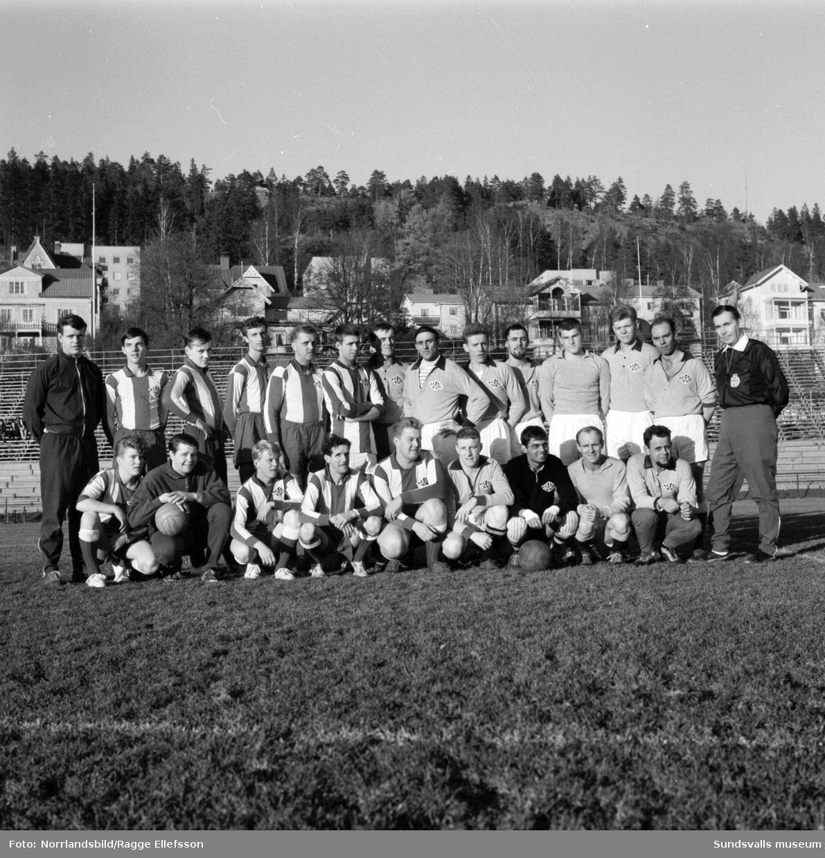 Lagfoto av Aluminiumkompaniets fotbollslag i Idrottsparken, taget i samband med en match mot Månsbo.
