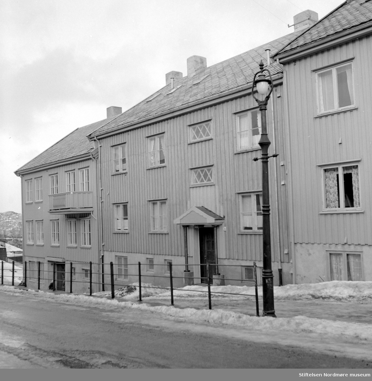 Foto av en bygård, mest trolig i Kristiansund. Datering er trolig mellom 1955-1965. Fotograf er Nils Williams i Kristiansund. Fra Nordmøre museums fotosamlinger.