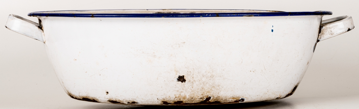 Acc.kat. Balja emaljerad blå kant, i baljan ett rep.  Kommentar: Emalerad plåt, vit m.blå kantmålning, handtag, oval form.