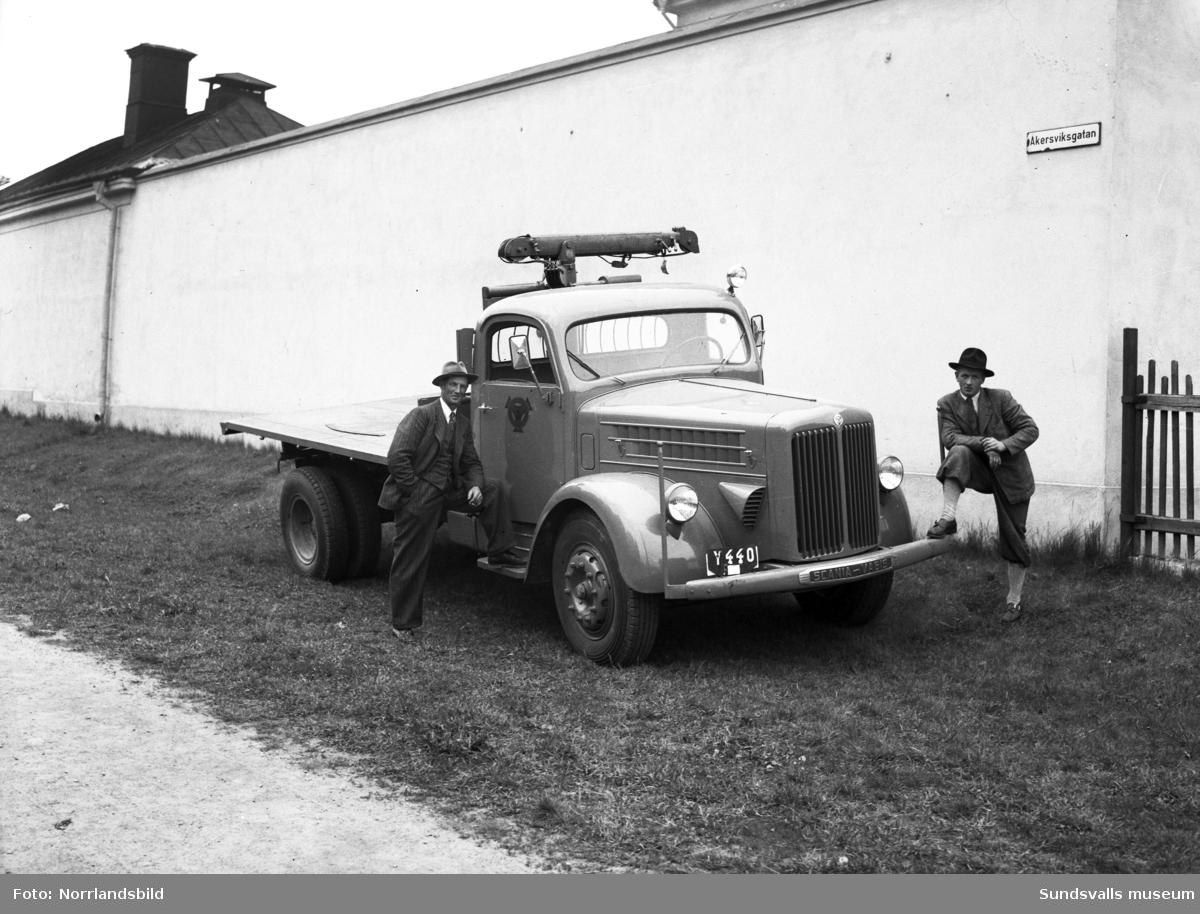 Lastbil  med kran, registreringsnummer Y440, fotograferad för Bil & Buss vid kronohäktets mur på Åkersviksgatan.