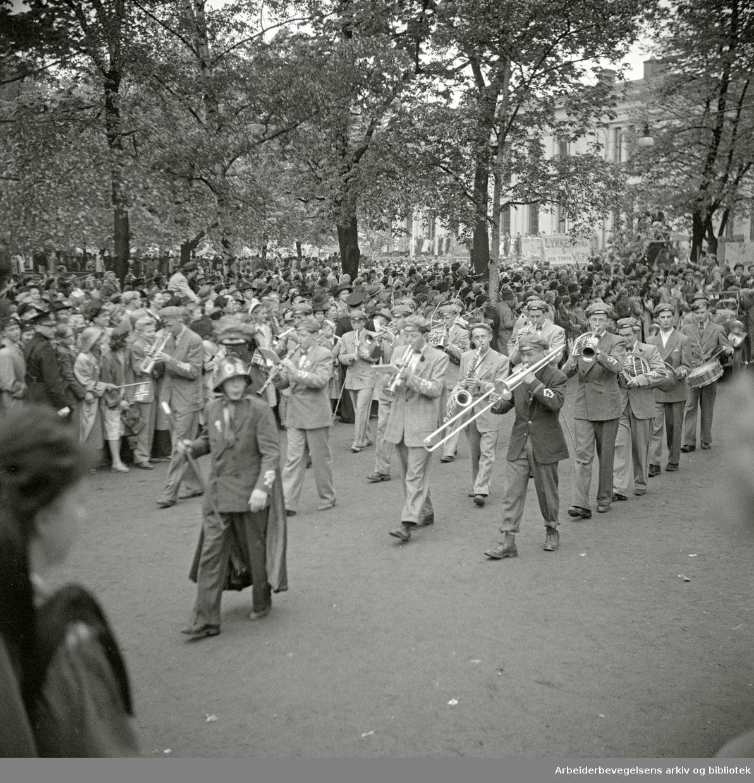 """17. mai 1949. Russetog. Musikkorpset """"Frogner Disharmoniske"""" spiller. Slottsparken."""