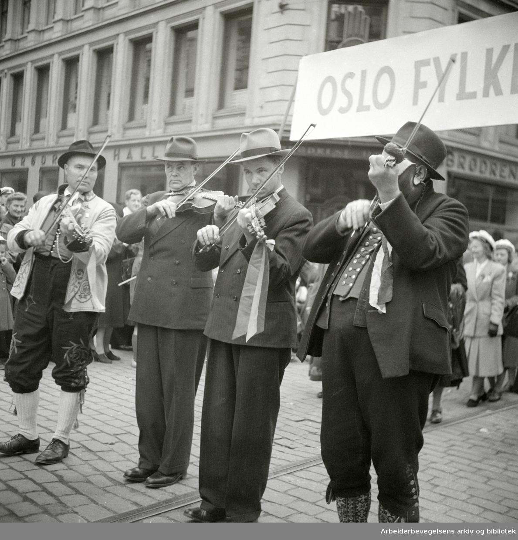 17. mai 1949. Folkemusikere i Ungdomstoget. Spelemenn. Fiolinister.
