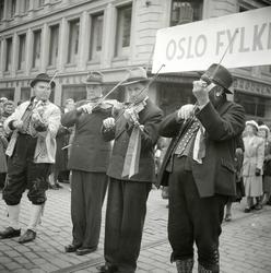 17. mai 1949. Folkemusikere i Ungdomstoget. Spelemenn. Fioli