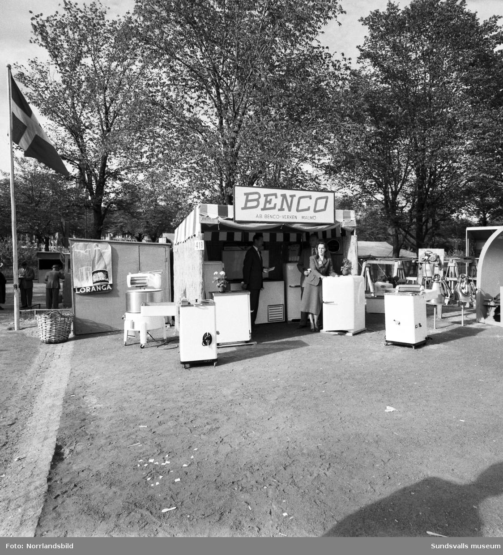 Benco-verken visar bland annat mjölkningsmaskiner i sin monter på Sundsvallsmässan 1954.