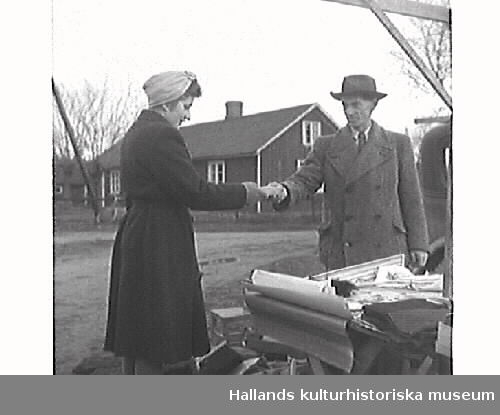 """G25102 """"Skällinge gamla marknadsplats ligger nu öde och tom."""" G25104 """"Ett par minnesgoda mannar, Edvard Nilsson, Attorp och Oscar Carlsson, Tågarp, vet mer om Skällinge marknad än någon annan."""" G25106 """"En leksakshandlare - den ende på Skällinge marknad"""".  Bilderna är publicerade i Hallands Nyheter 1947-12-17."""