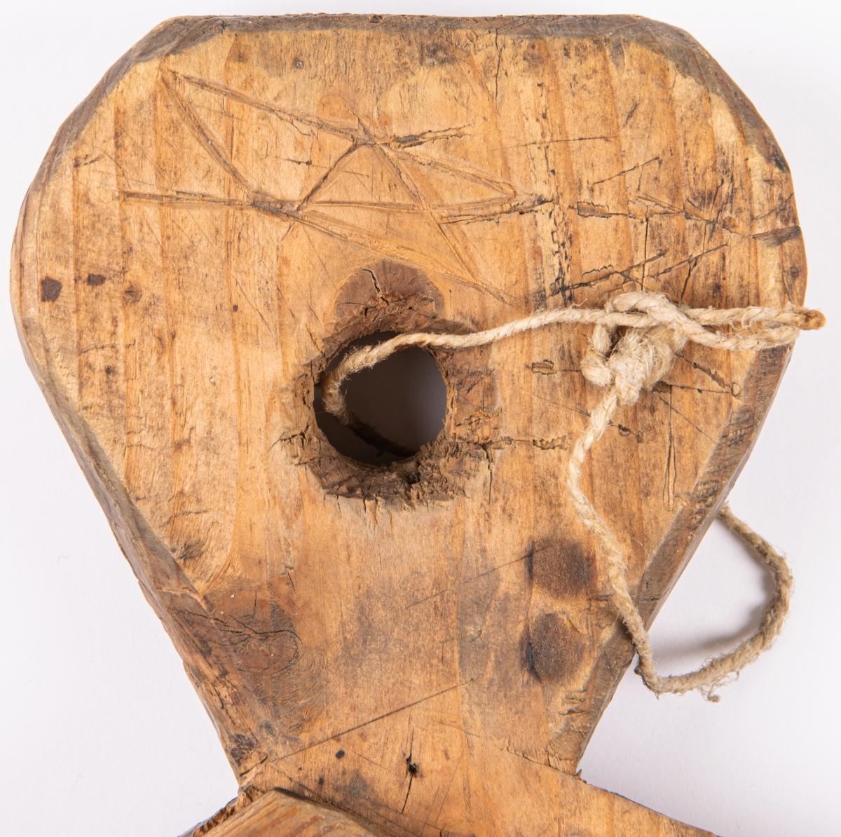 Kat.kort: Karvbräde, skärbräda för tobak, av trä /fur eller gran/. Handtag i ena änden, smala lister påspikade utmed kanterna, samt i mitten en träkubbe islagen.