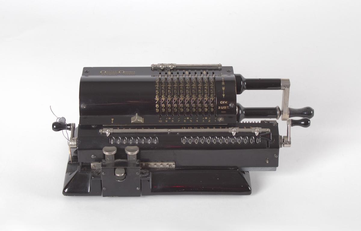 Sort mekanisk kalkulator med fire regningsarter.