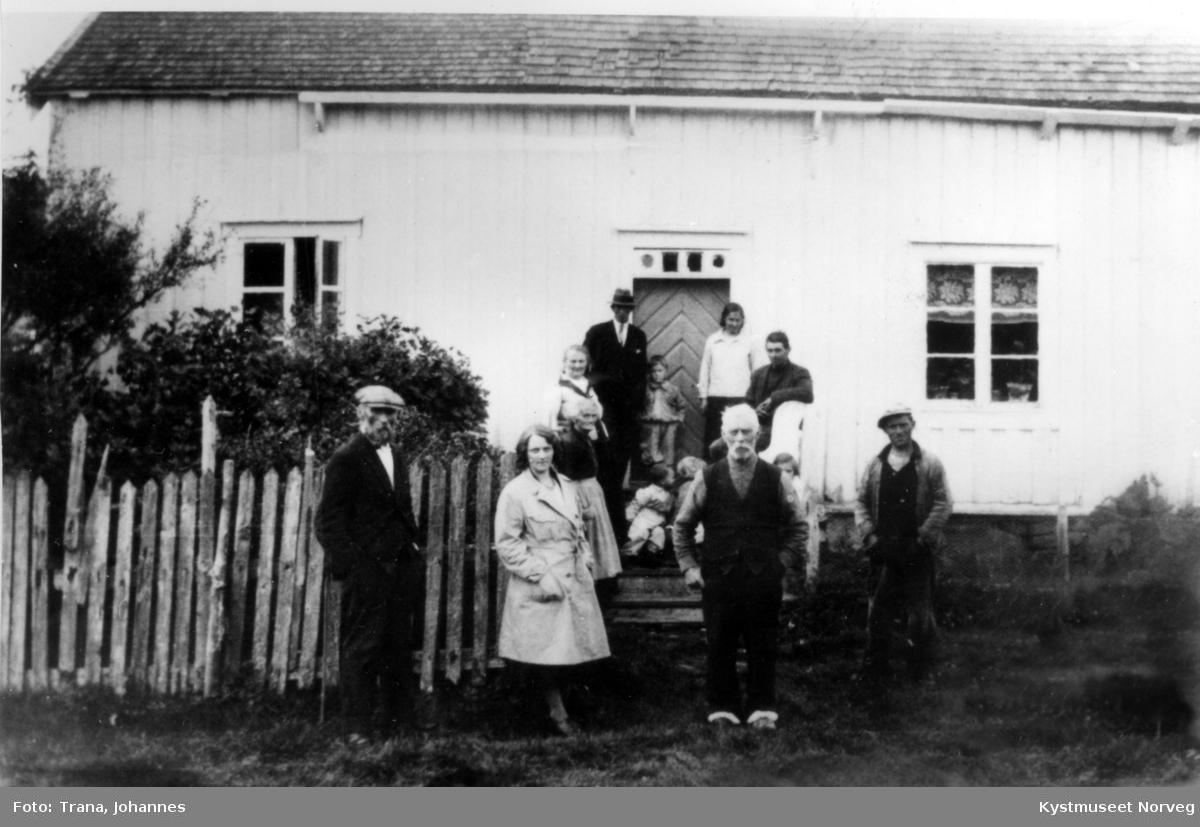 Peder Riise, Lovise Riise, Magnar Riise, Anton Kleven, Kristine Kleven Anfinnes, Elias Kleven og Ole Nilsen foran stua i Kleven