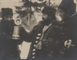 Tre män skickar en sejdel mellan sig. De tillhör den keldera