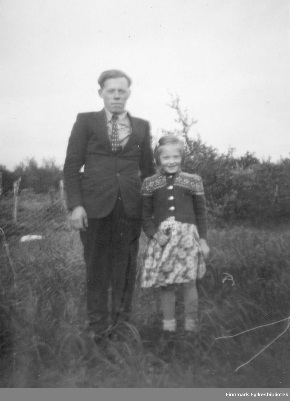 To personer poserer for fotografen, sansynligvis i Reppen. De er Mathis og Anna Agnethe Mathisen.