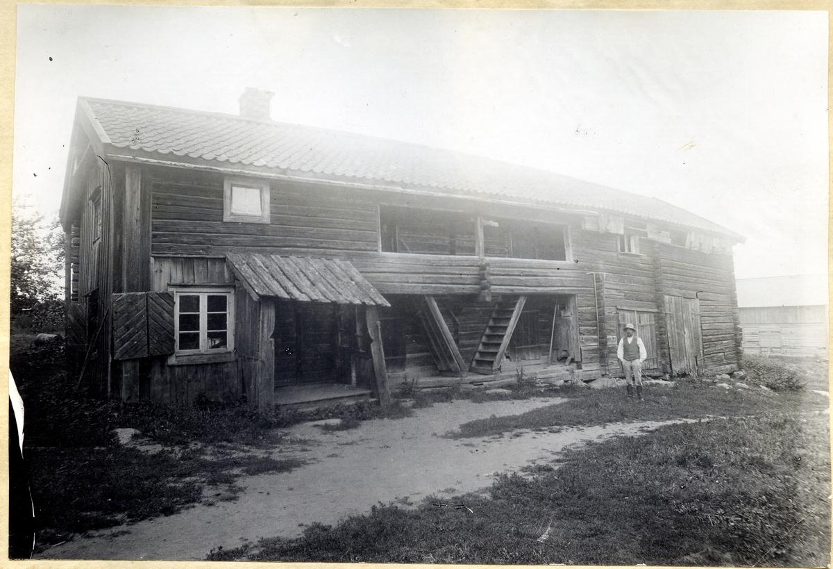"""Munktorp sn, Köping, Norrberga. """"Erik Erikssons gård"""". Bagarstuga, loftbod, vagnslider."""