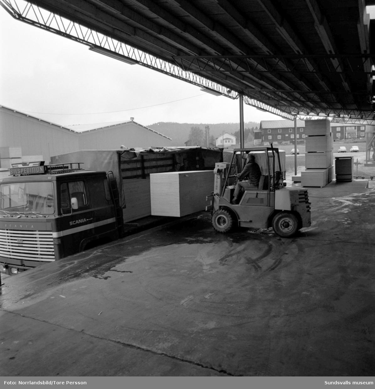 Plyfa-fabriken i Hassela, exteriör- och interiörbilder från verksamheten.