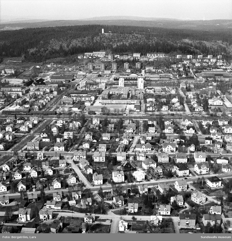 Flygfoto taget från Södermalm mot Norra berget. I bildens nederkant Snickaregatan och mitt i bild Åkersviksskolan.