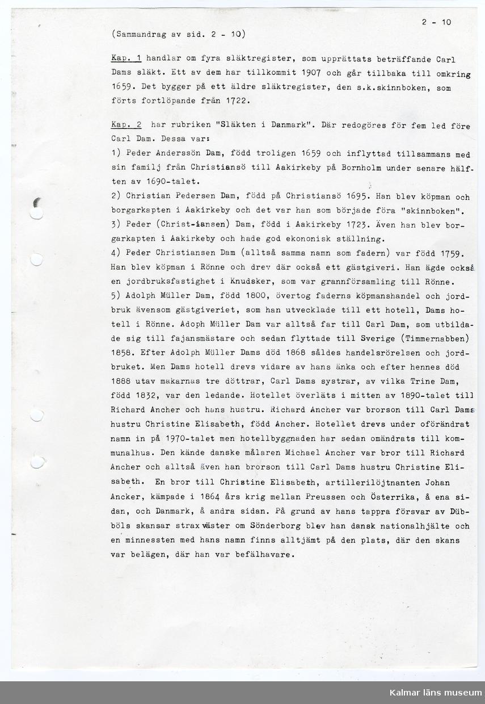 KLM 33347 Manuskript, av papper, A4 papper insatt i grön pärm av plast. Maskinskriven text och fotografier både i svart/vitt och färg. Berättelse med historik om Tillinge fajansfabriker, särskilt Boda fajansfabrik i Ålem socken. Den handlar om fajansmästare Carl Erasmi Dam, hans släkt och hans fajansfabrikation. Skriven av Nils Baumgardt, Carl Erasmi Dam var Nils morfars far. Carl Erasmi Dam var med och startade de olika Tillingefabrikerna, däremot Boda fajansfabrik kom han att starta själv. Boda fabriken kom att övertas av Carl Erasmi Dams son Adolf Dam, dvs Nils morfar. Detta exemplar av berättelsen tillägnas Kalmar läns museum, Linköping den 6 maj 1987 av Nils Baumgardt. Bilderna är ett urval från manuskriptet.