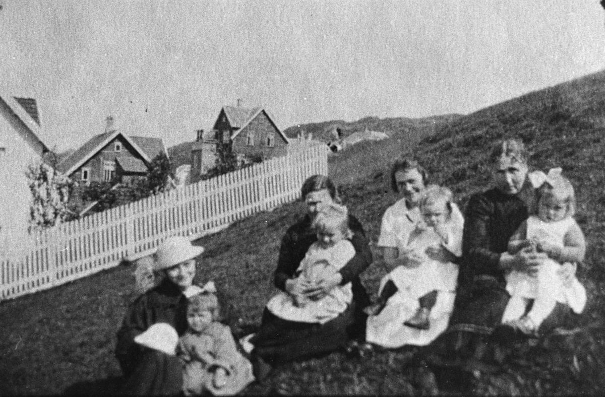 Barn og foreldre sitter i bakken ved Mortens gate i Egersund