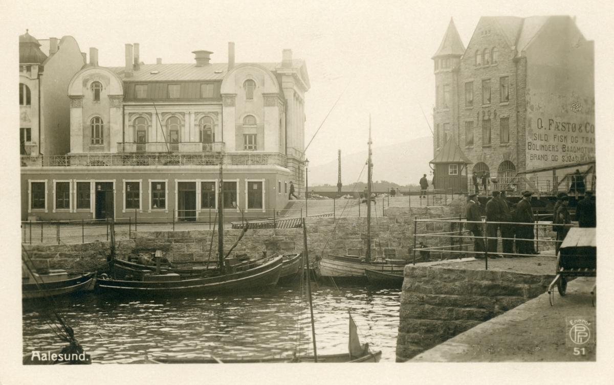 Motiv fra Brusundet mot Arbeideren og broen i Ålesund.
