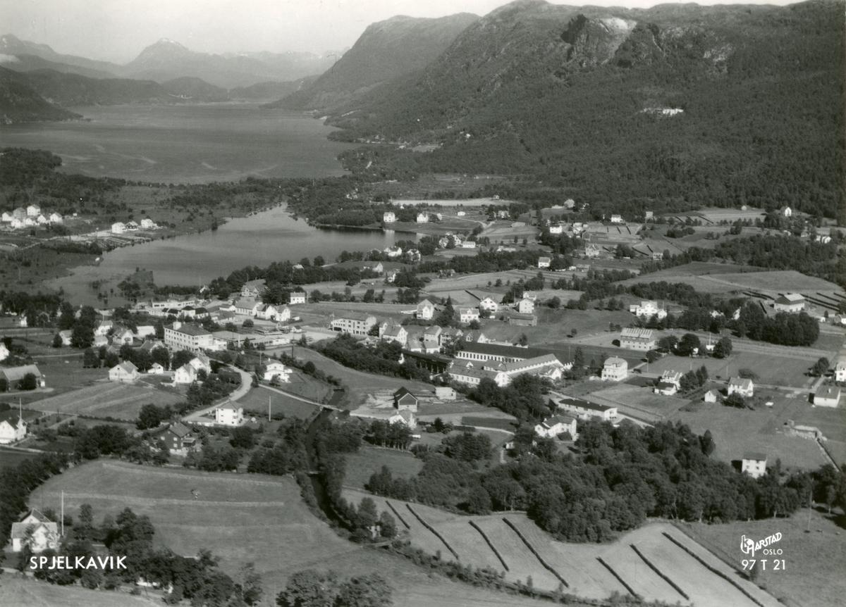 Flyfoto med oversikt over Spjelkavik i Ålesund, sett mot Litlevatnet og Brusdalsvatnet.