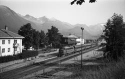 Diesellokomotiv Di 3 642 med dagtoget til Oslo, tog 352, på