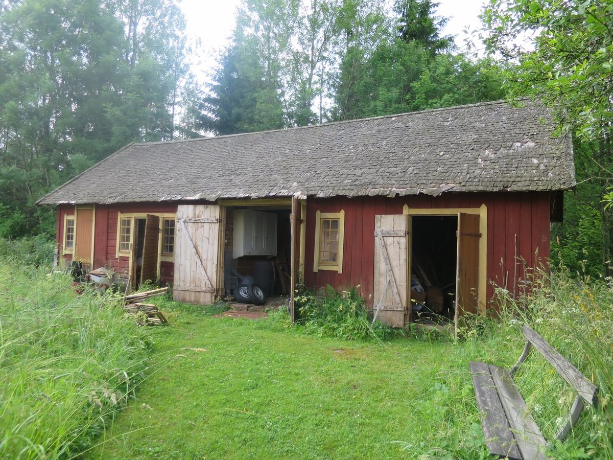 Exteriör, ladugården vid Idelunds möbelfabrik i Lommaryds socken, Aneby kommun, före restaurering.