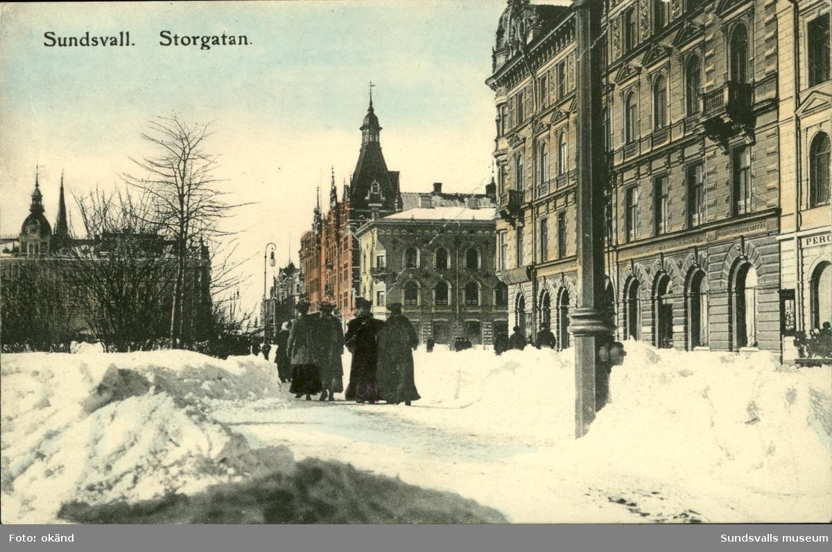 Vykort med vintermotiv över Storgatan i Sundsvall.