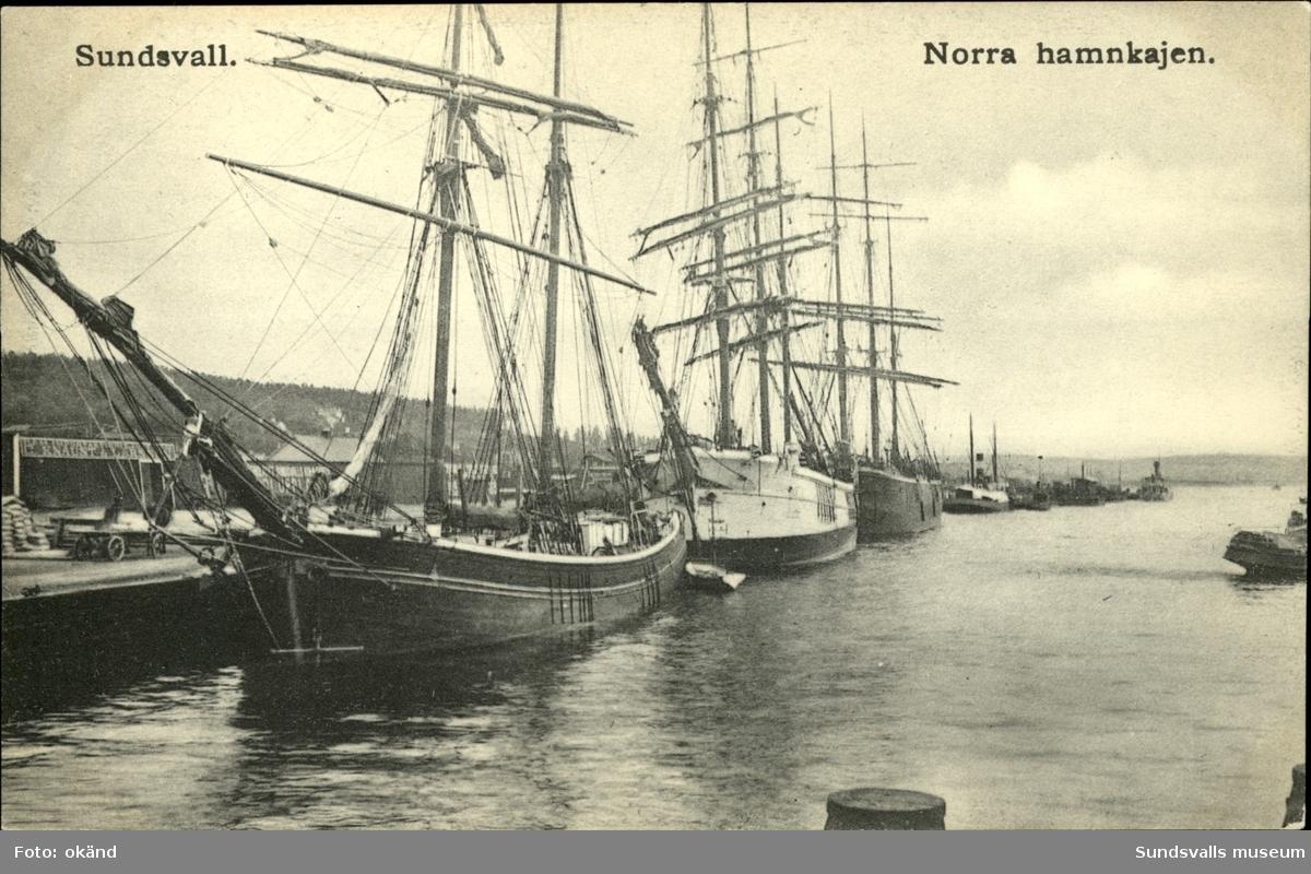 Vykort över den Norra hamnkajen i Sundsvall där skeppen ligger förtöjda.