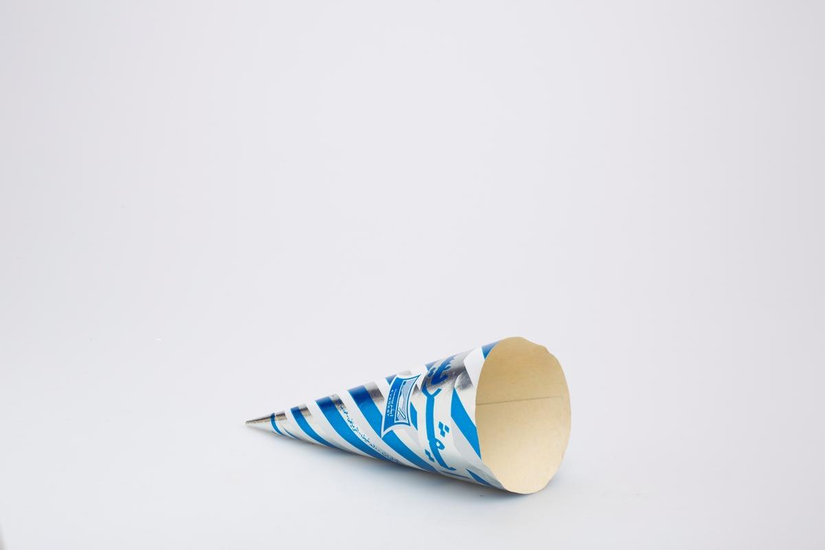 Kjegleformet iskrempapir (kremmerhus). Kremmerhuset er med farger på utsiden, og uten farge (hvit) på innsiden. Mønsteret på papiret er av diagonale striper i sølv, hvitt og blått. Et sølvfarget felt i øvre del med tekst i et annet skriftspråk.