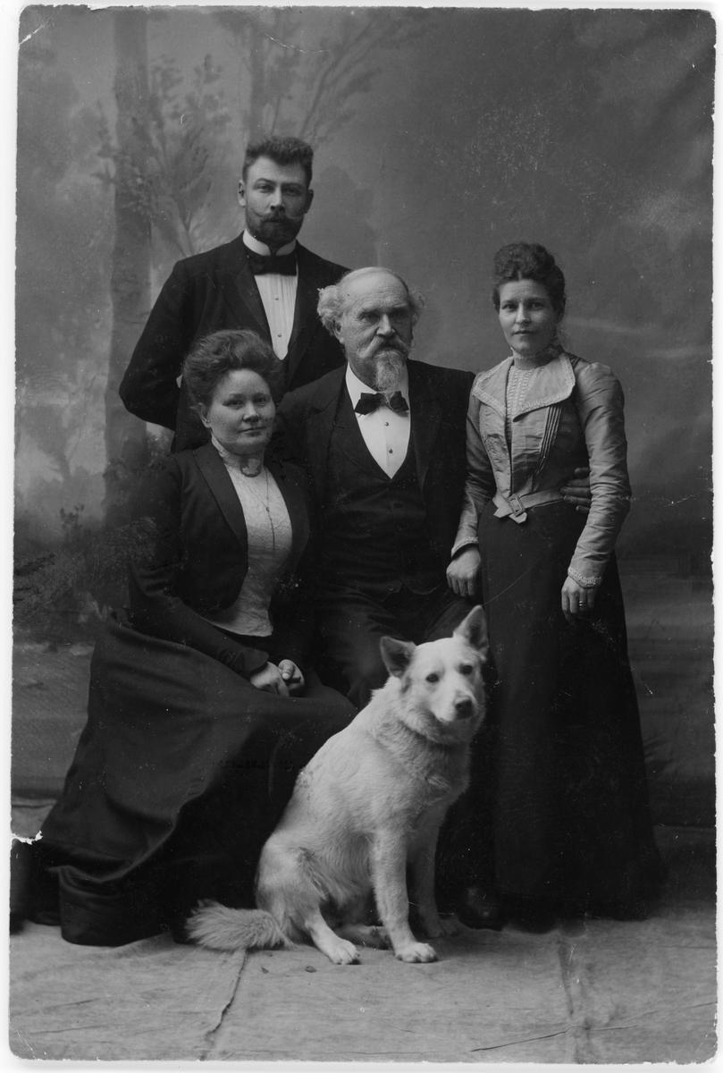 Ateljéporträtt - hovfotograf Askberg med fru, Henri och Emma Osti, Uppsala 1898