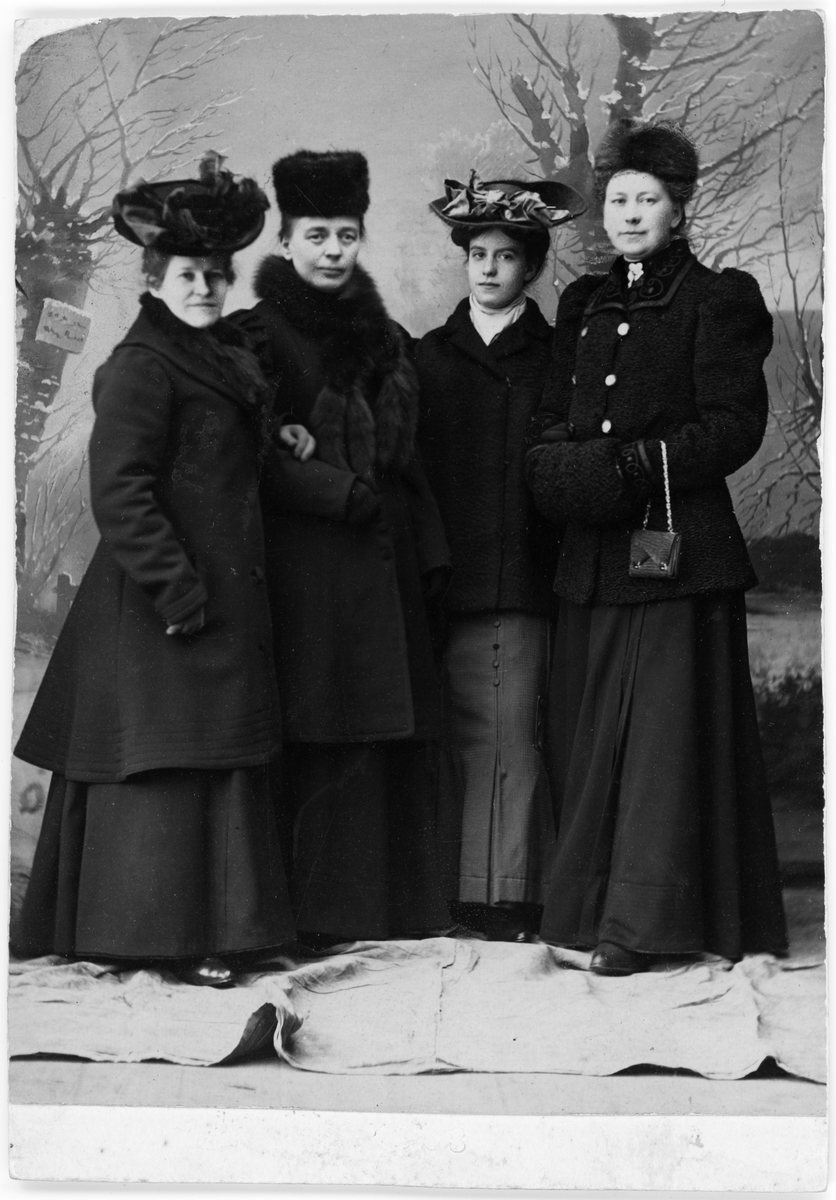 Ateljéporträtt - Emma Osti, Jenny Sundmark, Magda L Brisfelt, Mimmi Dübeck, Uppsala 1908
