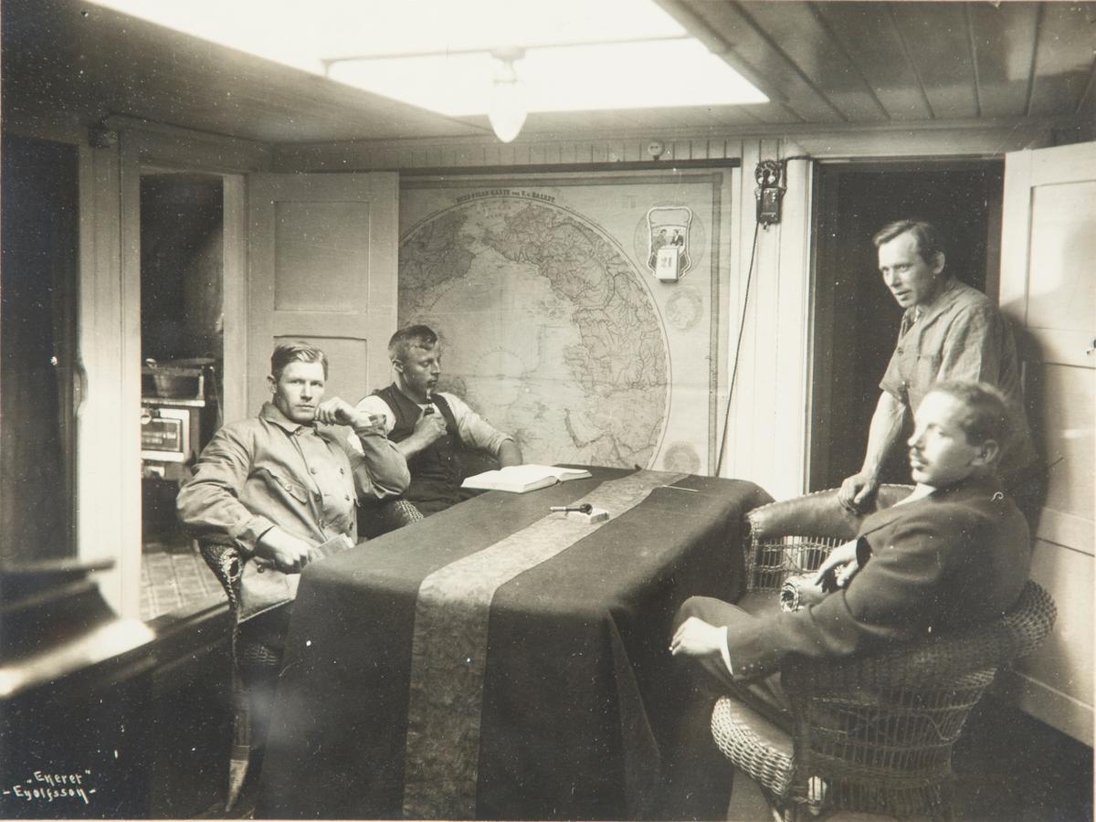 Fire menn rundt bord