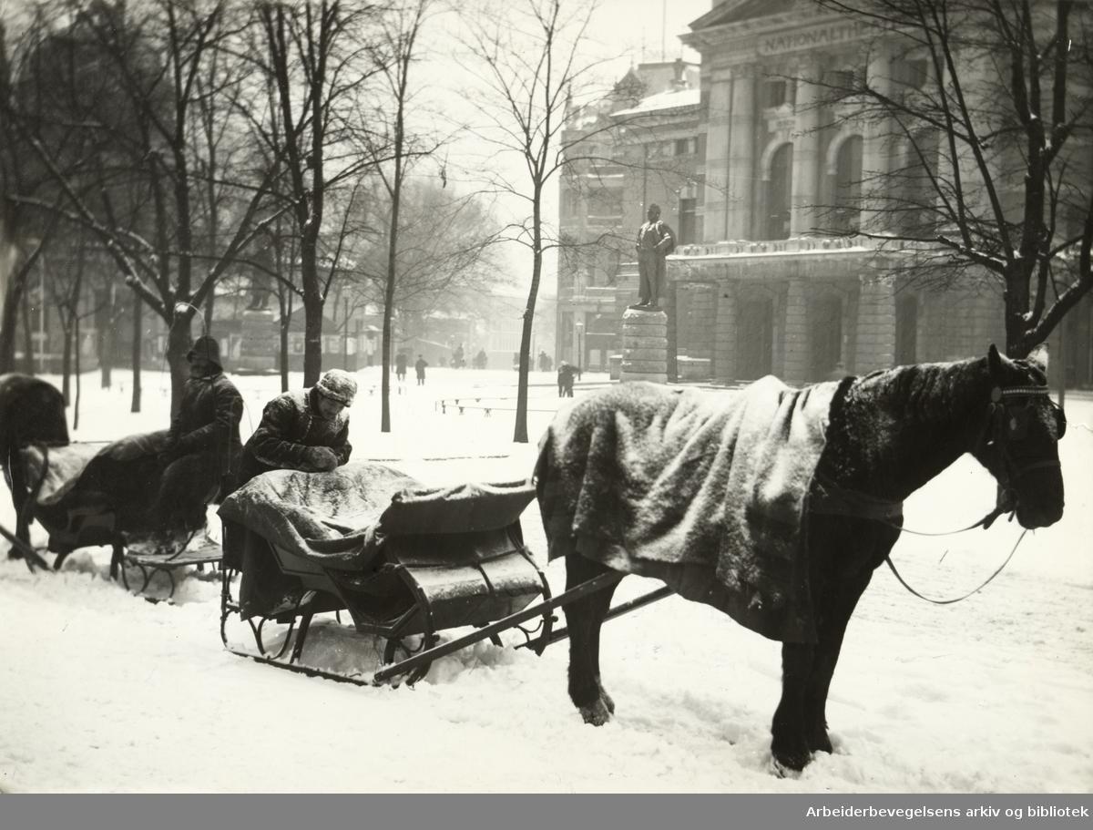 Nationaltheatret. Vognmann i snøvær. 1904