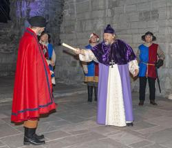 Biskop Mogens prøver å redde livet ved å tilby Truid gavebrevet som Karine har gitt ham over Grefsheim gods.