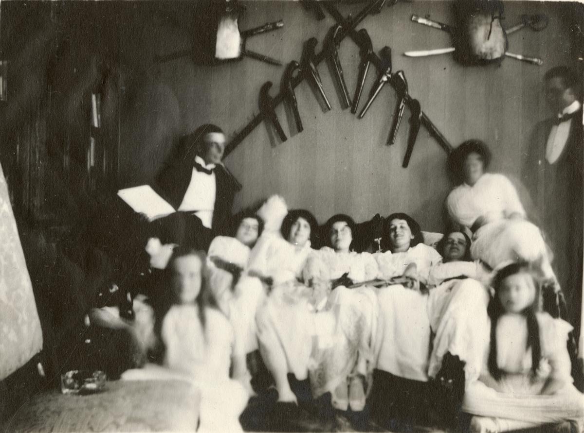 Män och kvinnor i rustkammare, möjligen vid prins Carls villa Fridhem i Kolmården, Östergötland.
