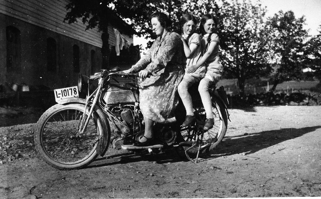 Harley-Davidson motorsykkel. På sykkelen f. v. Eldbjørg Netland f. Taksdal og døtrene Karen og Ester Netland.