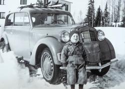 Erik Nordstad sittende på støtfangeren til en bil, på Harild