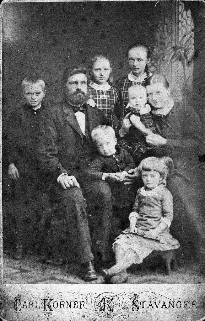 Lensmann M.A. Grude med kone og 6 born.