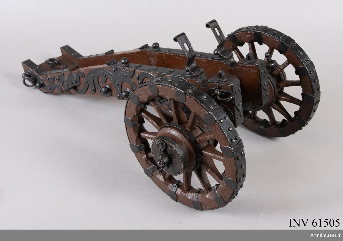 Grupp F I. Modell av 24-pundig kanon, s k ½-kartaun. Skala 1:6. I modellen ingår eldrör, lavett, riktspak och riktkil. Inslaget är Nr 7. Inskriptionen M W Mei F. Gedan Anno 1666. Sannolikt tillverkad av Michael Weinholdt, Danzig/ W Tepfers.