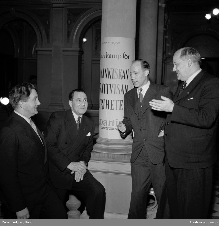Folkpartiets 50-års jubileum firas på Stadshuset. Från vänster ses köpmännen J. Alf Westin och Hjalmar Nyman, riksdagsman Axel Andersson, Örnsköldsvik, samt köpman Axel Högström.