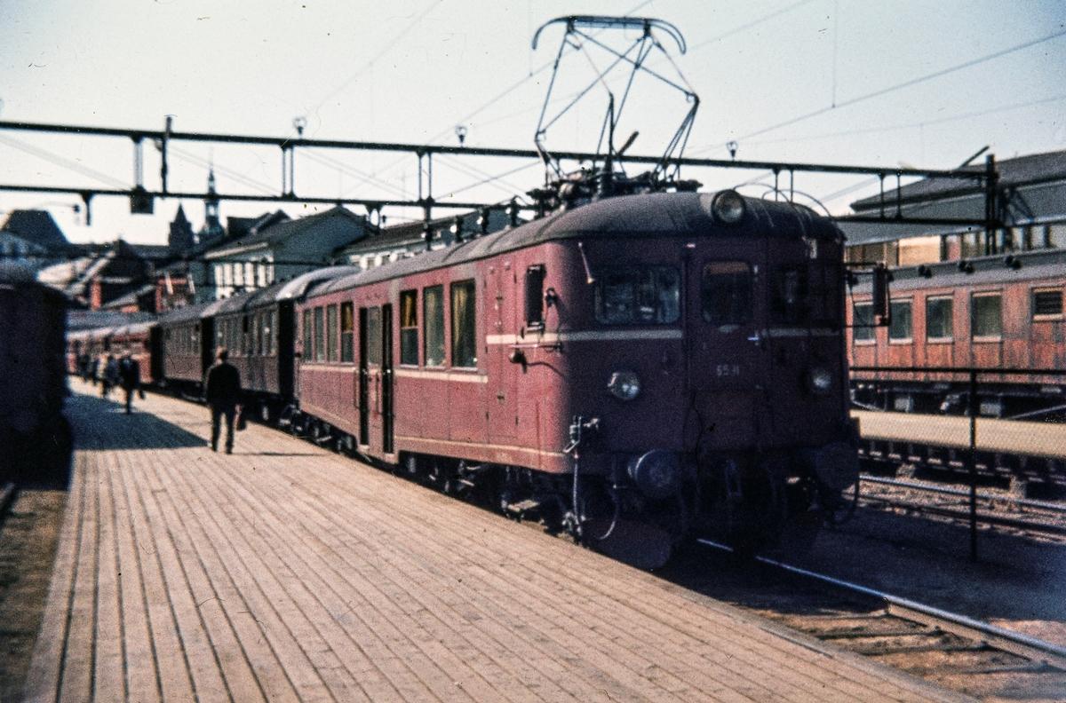 Elektrisk motorvognsett med motorvogn BM 65 11 fremst med persontog på Oslo Ø