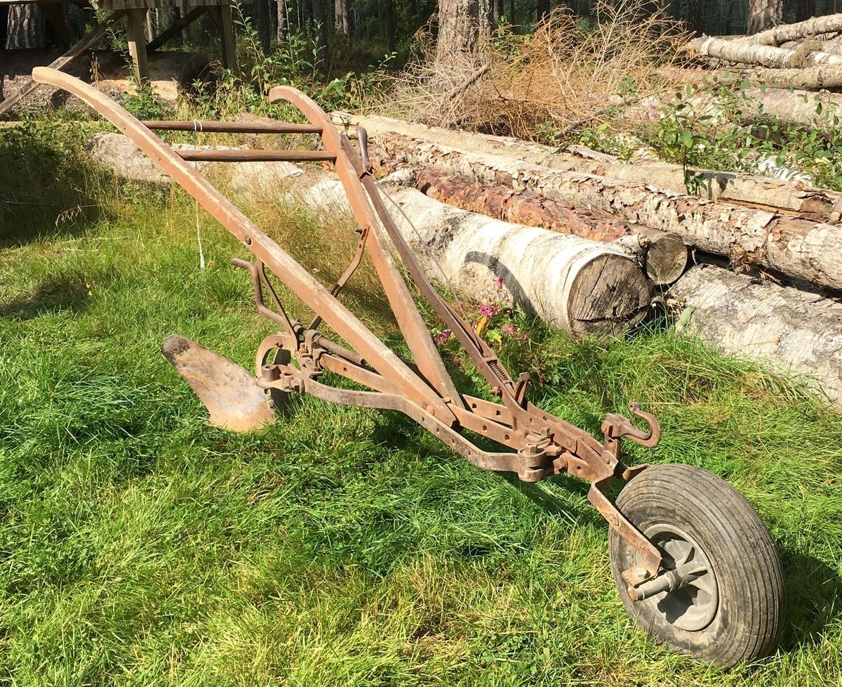 Ett skjær. Tre, jern, gummihjul foran. Ett trekkpunkt. Jordbruksredskap til hest hovedsakelig brukt av menn.  Tilstand god