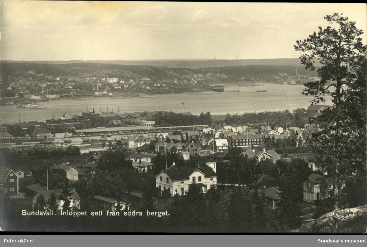Vykort med motiv över inloppet till hamnen i Sundsvall sett från Södra Stadsberget.