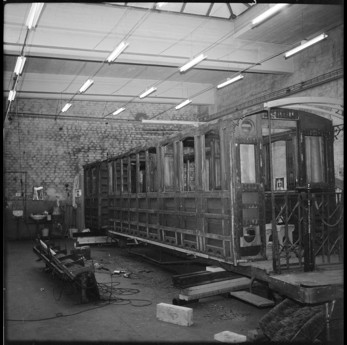 Restaurering av personvagn i verkstaden på Mariefreds järnvägsstation som användes av Museijärnväg Östra Södermanlands Järnväg, ÖSlJ.